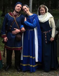 Fr v: Riddar Akvin Akvinsson Örnklo; kronprinsessa Adriana Imrarsdotter Falk av Gedanien, hans maka; jungfru Miranda Akvinsdotter Örnklo, hans yngre syster.    Foto: Theo Axner, 2015