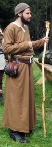 Broder Asulf: anselmitbroder från Örnevall och en av Nyckelns väktare.   Togs tillfånga av drotsens folk under ett uppdrag i norra Gedanien och befann sig under lajvet i husarrest på Edsätra.  Foto: Theo Axner, 2015