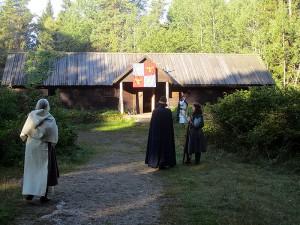 Några av besökarna på Edsätra.   Från vänster: ärkematriark Cordelia Petri, mäster Aemilius Clarus, adept Kari. I bakgrunden riddarbroder Esbjörn.   Bilden är tagen under lajvet på lördag förmiddag.  Foto: Theo Axner, 2015