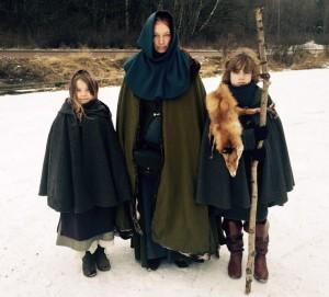 Tora, en av de landsflyktiga trollkunniga, och hennes barn.  Foto: Frida Löfström