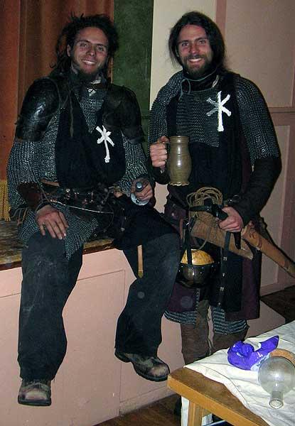 Legionärerna Rodrigo och Hérnan andas ut efter en lång kvälls tjänstgöring.   Foto: Theo Axner