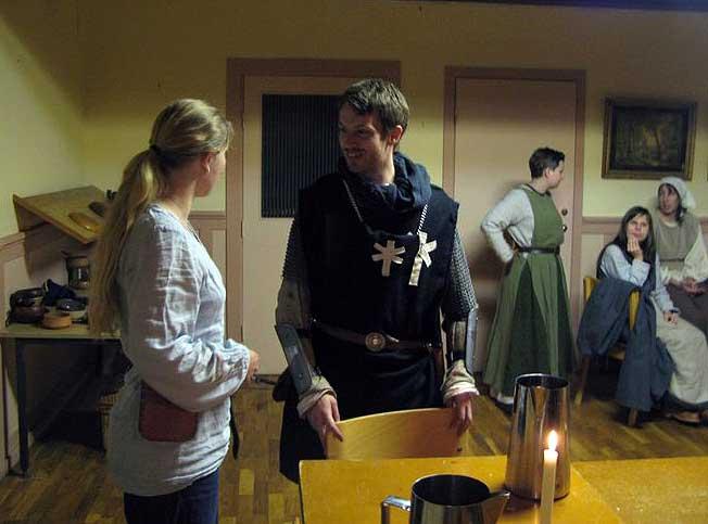 Överstelöjtnant Tjalve från I Legionen (i mitten) i samspråk med pigan Tora på Högmyren.  I bakgrunden pigorna Nanna, Gunna och Hilda.  Foto: Dan Grönlund