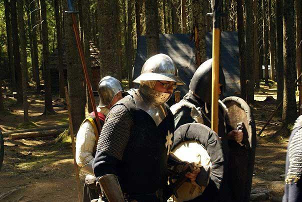 Några legionärer ur den Furstliga eskorttruppen på marsch.  Från vänster: sergeant Rohr; legionär Raju; legionär Nathan.  Foto: Kalle Lantz