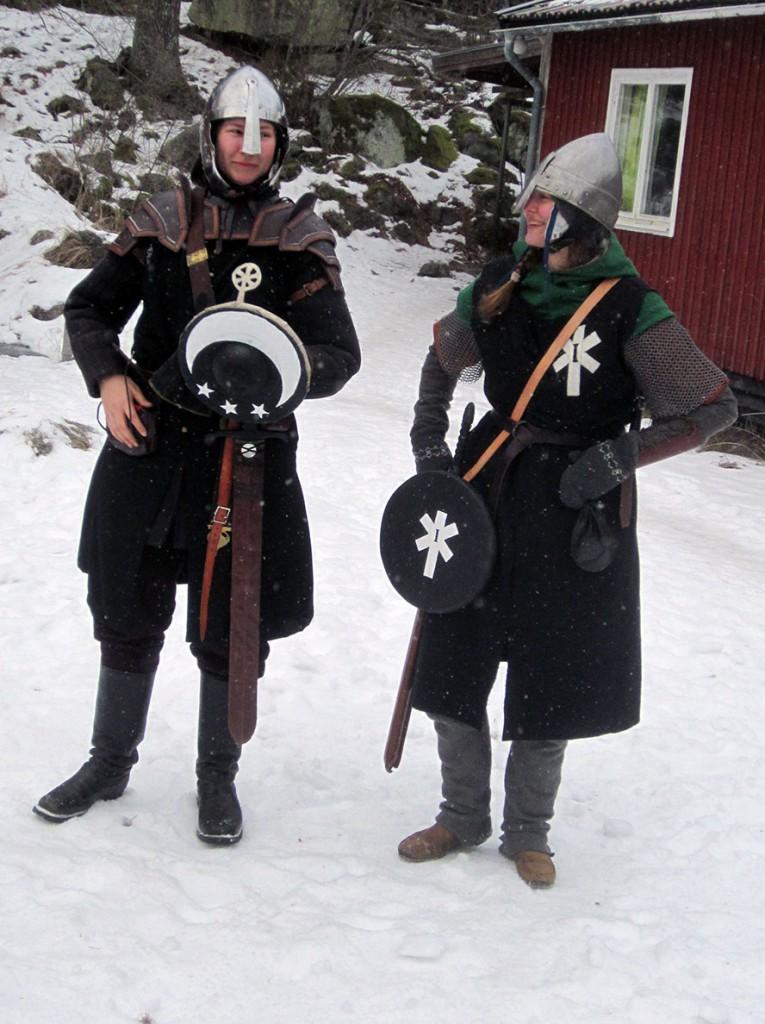 Björnhild Astridsdotter, en soldat i Transportbrigaden, och legionär Torun Grävare. (Foto: Theo Axner, 2017)