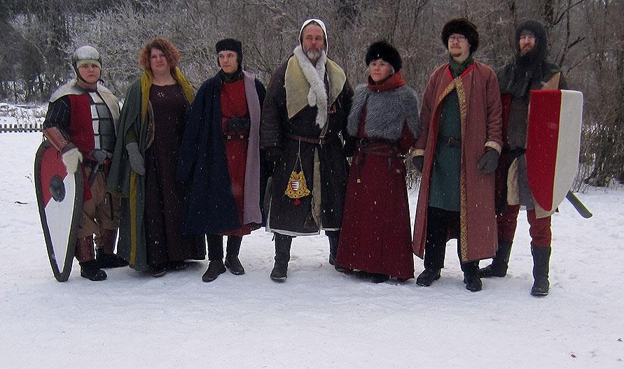 Huset Gadds representanter på plats. Fr v: Björnhild, gårdsknekt; Alva Magnusdotter; landgreve Valdemar Sebastiansson Gadd; herr Magnus Stensson Gadd; fru Blanka Sebastiansdotter Gadd; herr Nidmund Magnusson Gadd; Stenulf, gårdsknekt.