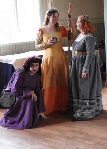 Den mystiska rådgivaren Harjo/Hauriel; maga Solaris, ett av festföremålen; och Iasmina di Verenza, Förste ministerns sekreterare.  Foto: Leif Eurén (2017)