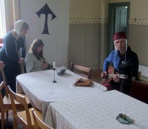 """Tjänarinnan Katja och två av musikanterna, """"Missan"""" och Torleif.   Foto: Theo Axner (2017)"""