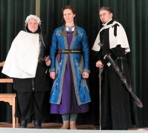 Gästerna från Ordo Alemandi. Från vänster: riddarsyster Walda Hardenberg; Mirja Taurinen, gisslan från Keriland; fader Albrecht, prästbroder och f d riddarbroder.   Foto: Leif Eurén (2017)
